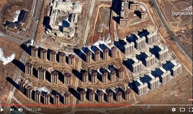 鄂爾多斯的東升鎮(被百度稱為部分「鬼城」)有大型的開發區被擱置起來。(Youtube視頻截圖)
