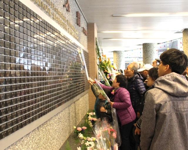 捐贈者家屬至「遺愛人間」紀念牌前獻花。(長庚大學提供)