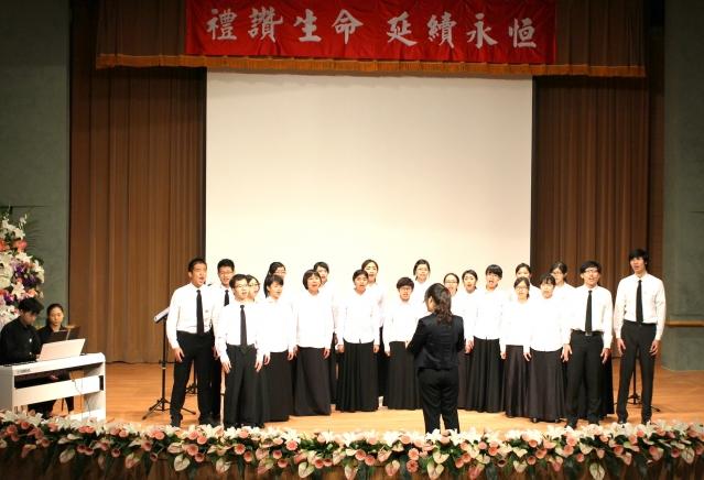 長庚大學曉韻合唱團在追思大會上獻唱。