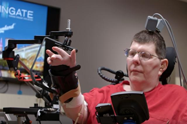 一名美國男子車禍癱瘓,如今在連結電腦與大腦的介面協助下,已可自行進食。(視頻截圖)