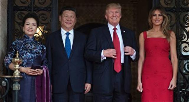 川普夫婦及習近平夫婦在莊園門口(JIM WATSON/AFP/Getty Images)