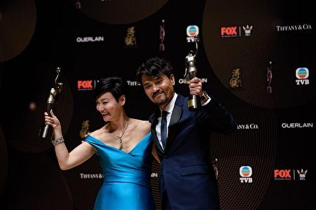 林家棟(右)與惠英紅分別獲得第36屆香港金像獎最佳男、女主角獎。 (ANTHONY WALLACE/AFP/Getty Images)