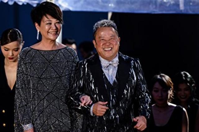 在4月9日舉行的第36屆香港金像獎頒獎典禮上,曾志偉(右)和金燕玲憑藉《一念無明》將最佳男配和女配收入囊中。(ANTHONY WALLACE/AFP/Getty Images)
