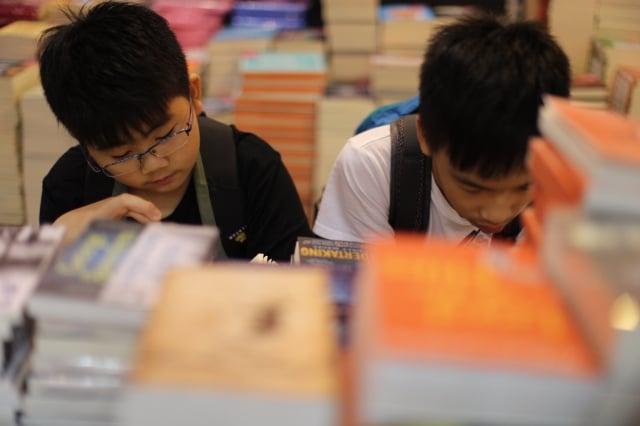 香港公共圖書館數據顯示,2016年借閱量最多的成人中文非小說類書籍中,前十名中有9個都是旅遊類書籍。(Getty Images)