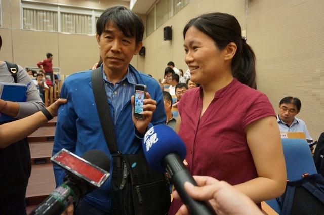 聾人協會理事長洪文廣(左)透過手語譯表示,報案APP不須對話,還有簡訊功能,聾啞人士受用。