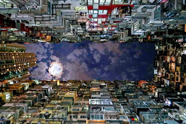 位於香港鰂魚涌的「怪獸大廈」成為一大美景,曾被《變形金剛》和《攻殼機動隊》等好萊塢影片取景拍攝。(余鋼/大紀元)