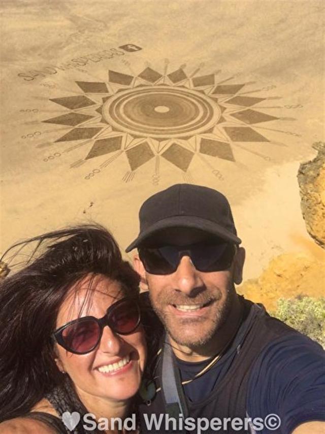 墨爾本沙灘畫家Stella Tassone和Ondrei Aiello。(臉書圖片)