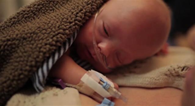 在醫院住到足月、剛剛隨父母回家的小沃德。(視頻截圖)