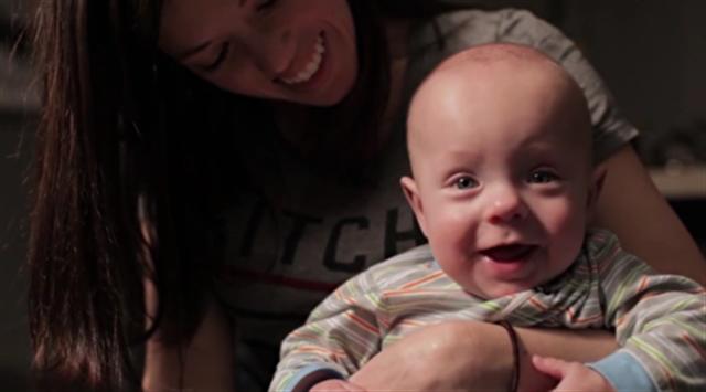 一歲多的小沃德在媽媽懷裡。(視頻截圖)