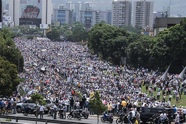委內瑞拉反對陣營週三(4月19日)發動「示威之母」(La madre de todas las marchas)全國抗爭活動,號召成千上萬民眾包圍首都卡拉卡斯(Caracas)及其它城市,抗議馬杜羅總統(Nicolás Maduro Moros)政府。(CARLOS BECERRA/AFP/Getty Images)