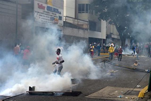 委國政府軍以催淚彈驅趕抗議民眾。(RONALDO SCHEMIDT/AFP/Getty Images)