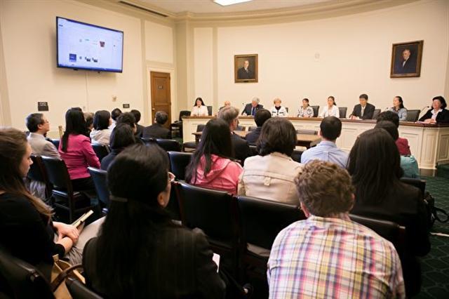 在美國國會瑞本(Rayburn)大樓舉辦的「4‧25和平上訪18周年國會研討會」上,多位來自中國大陸的法輪功學員講述了自己和家人遭受的無辜迫害。(李莎/大紀元)