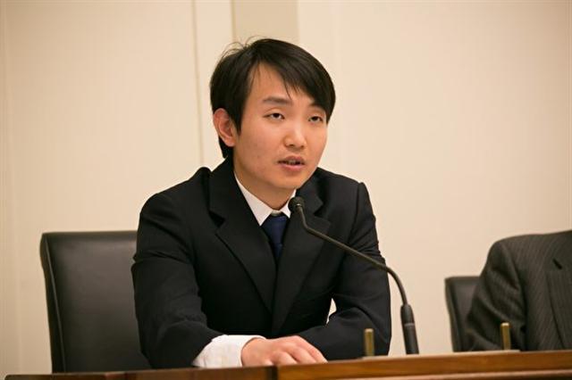 1999年,9歲的杜海芃經歷父親被非法抓捕、勞教,十七年後,他的母親因為控告江澤民遭非法判刑三年半。(李莎/大紀元)