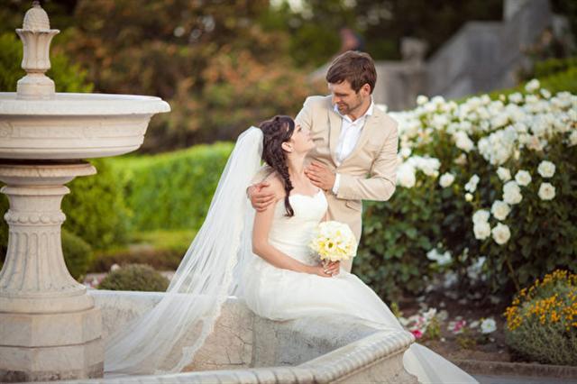 在西式婚禮中,伴郎和伴娘的設置有其來歷。圖為一對新人。(Fotolia)
