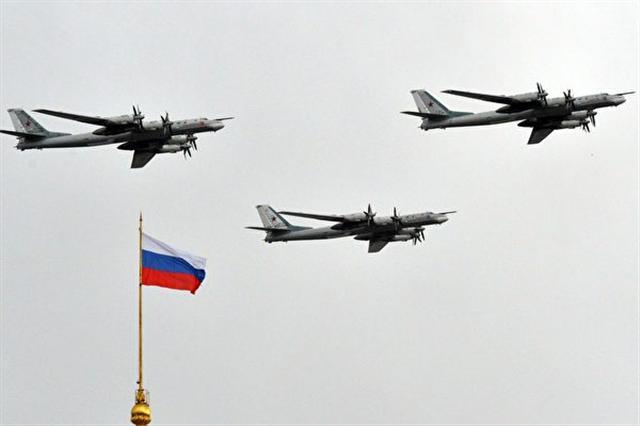 美國官員說,4月18日(週二)下午,美軍追蹤兩架靠近阿拉斯加海岸的俄羅斯轟炸機,這是兩天來的第二次。圖為2014年5月,圖-95戰略轟炸機在克林姆林宮上空。  (YURI KADOBNOV/AFP/Getty Images)