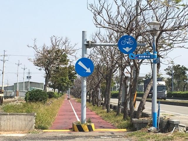有民眾反映清水區臨海路自行車道問題超多,包括白天樹木稀疏、沒有遮蔭休息處等等。(楊典忠議員辦公室提供)