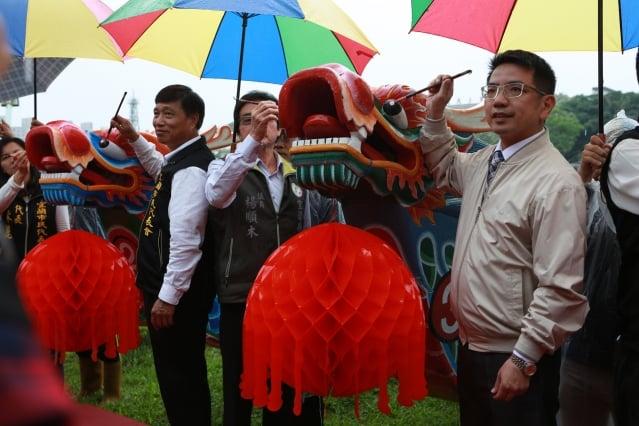 宜蘭市長江聰淵(右)、楊順木縣議員及市民代表共同為龍舟點睛。(記者曾漢東/攝影)