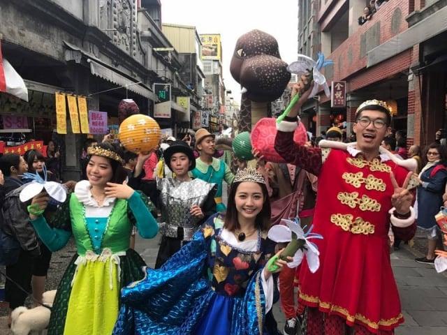 大溪老街全台首創「桐花繽紛大遊行」。(桃園市議員楊朝偉提供)