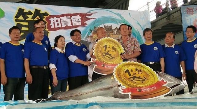屏東第一鮪在東港魚市場進行拍賣,以每公斤6800元、總價157萬3520元拍出,由東港佳珍海產店老闆蕭受發第9次標得。(屏東縣政府提供)