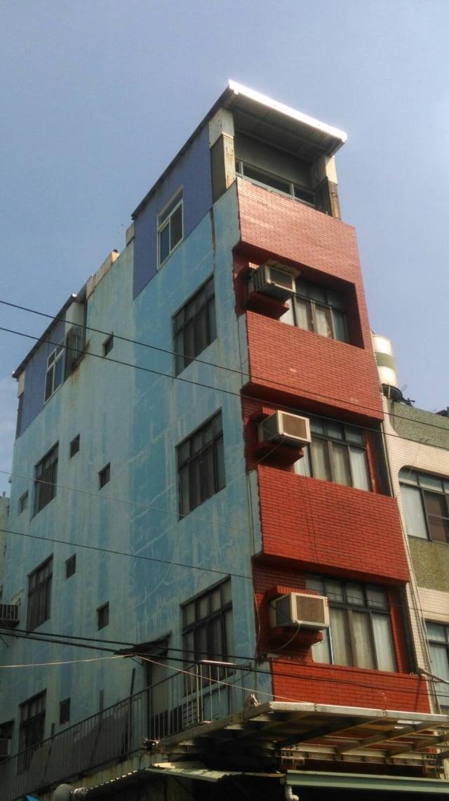 高雄鳳山一處民宅四樓頂加蓋及懸空樓梯違章24日已經拆除。(高市違章建築處理大隊提供)