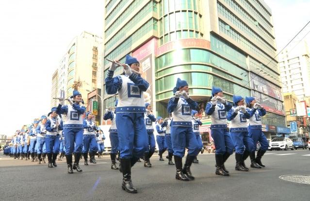 天國樂團參與桃園管樂嘉年華管樂踩街秀,演出隊伍實力十足。