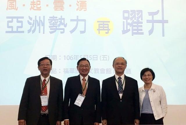 行政院政務委員鄧振中(右2)表示,政府過去一年來,推動新南向政策已有初步成果。(中央社)