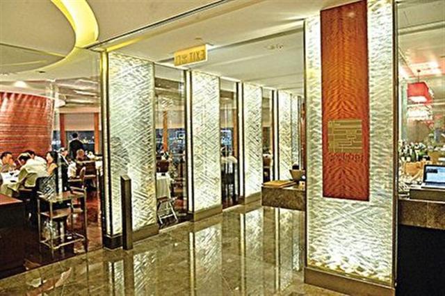 香港澳門2015米芝蓮指南,其中一家被評級的四季酒店龍井軒。這裏是富豪明星聚腳嘆美食的地方之一。(宋祥龍/大紀元)
