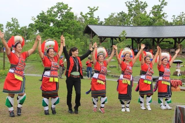 瑪嘎巴嗨文化藝術團表演,左三為宜蘭縣議員孫湯玉惠。(記者謝月琴/攝影)