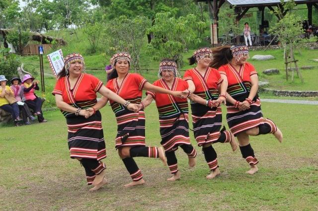 門諾漾文化藝術團表演。(中間舞者已84歲高齡。)