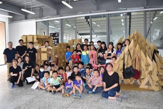 賢庵國小垵湖分校全校師生和家長約80人到金門大學與學生們互動。(賢庵國小垵湖分校提供)
