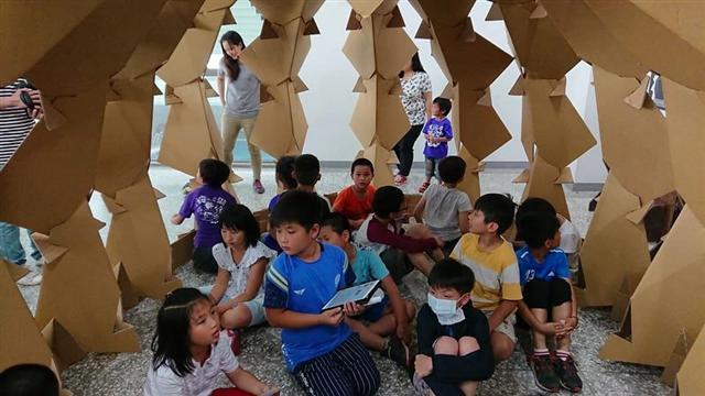 垵湖分校學生與金大建築系一年級的參展作品互動過程。(林美吟提供)