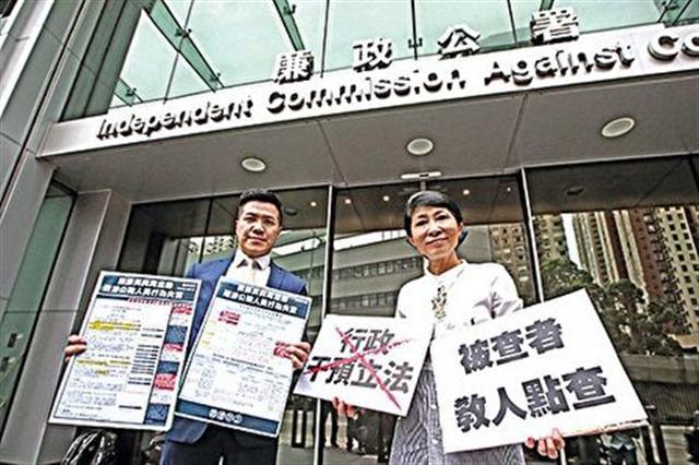 香港本土的毛孟靜(右)及范國威(左)到廉署舉報梁振英周浩鼎企圖隱瞞,直至事件被揭發才承認。(大紀元)