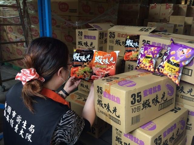 桃園衛生局第一時間下架裕榮食品司5項問題產品。