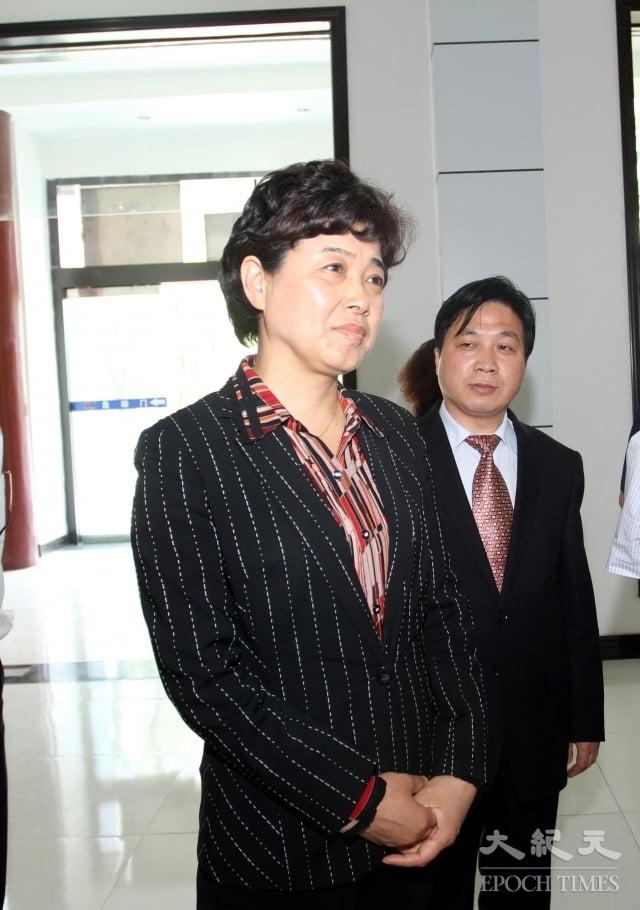 中國第一個因其丈夫經商被查處的正廳級官員陶淑菊(前)。(大紀元資料室)