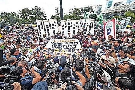 港人對梁振英、中共破壞一國兩制的不滿不斷升溫,圖為去年七一遊行主題:「決戰689,團結一致,守護香港」。(大紀元資料室)