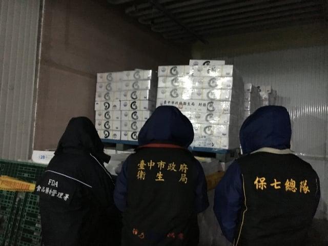 台中市政府衛生局前往宏碩海產,查獲涉嫌重新貼標更改有效日期的「冷凍鮑魚」產品,計1萬2,290.5公斤。(台中市政府衛生局提供)
