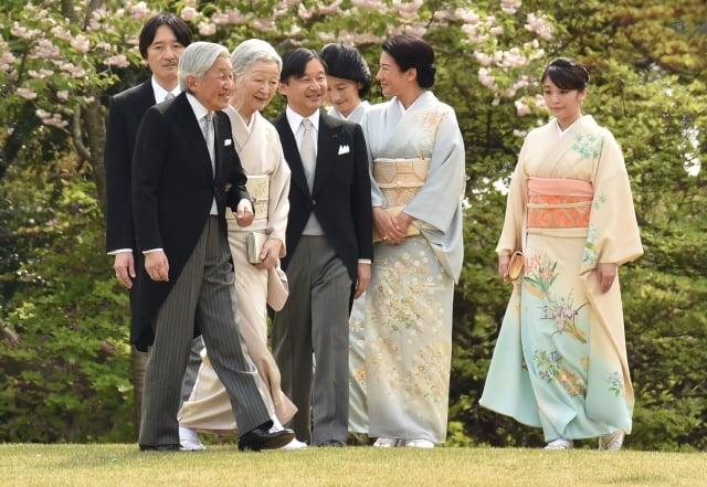 法案若獲得通過,日皇(左前)將成為近200年以來,首位退位的日本天皇。(Getty Images)