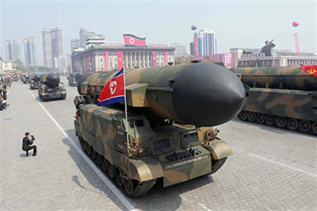 圖為北韓今年4月閱兵式展示的導彈。( STR/AFP/Getty Images)
