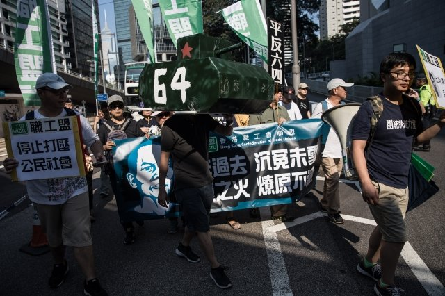 香港支聯會28日下午發起遊行,紀念1989年六四天安門事件28周年,遊行主題是「結束專政」,延續爭取民主的訴求。