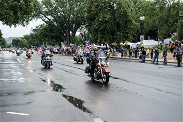 插著國旗的各式機車駛過憲法大道。 (石青雲/大紀元)
