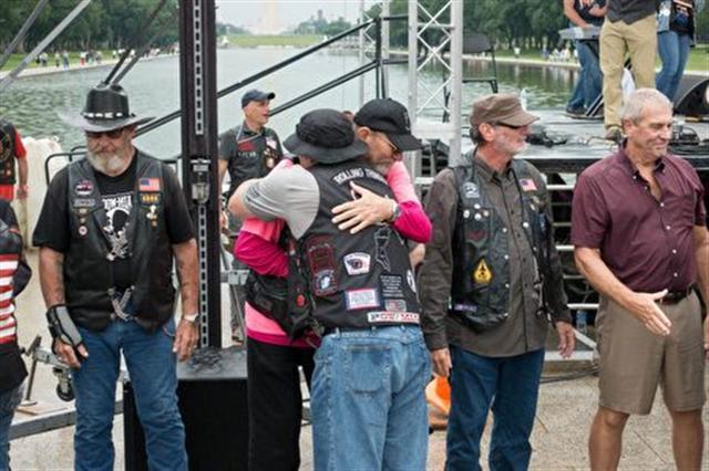 「滾雷」集會結束後,退伍老兵擁抱道別。(石青雲/大紀元)