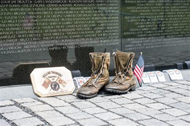 越戰紀念碑下的一雙軍靴(石青雲/大紀元)