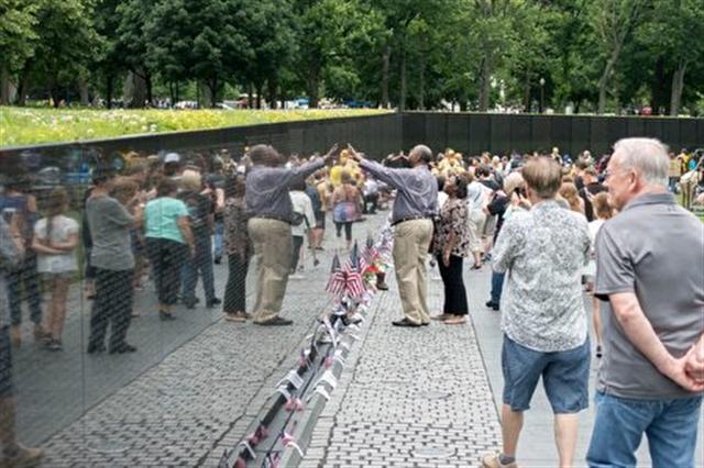 人們在越戰紀念碑上尋找著名字。 (石青雲/大紀元)