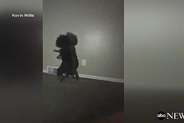 美國媒體發布一段影片,顯示一名1歲男孩看到自己身後的影子後十分驚訝,所以他決定做一些事情,令人笑翻。(影片截圖)