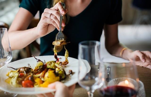 一個男人,如果在吃飯的時候只顧著自己吃,不考慮你的感受,你還怎麼指望他在生活中給你噓寒問暖?(pixabay.com)