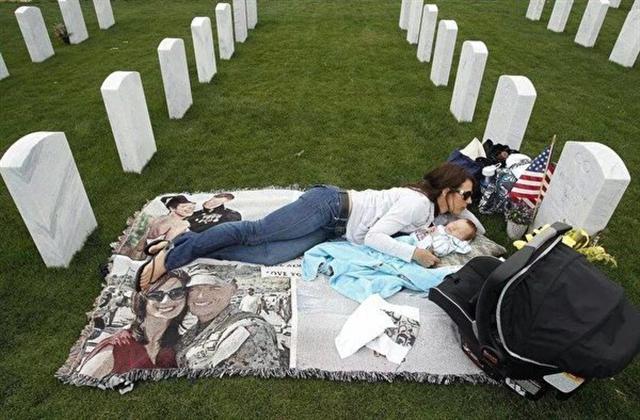 美國海軍逝世後,妻子每天帶幼子到公墓悼念。(Honoring Fallen Marines/臉書)