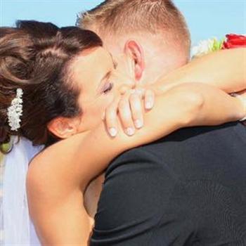 珍難以忘記亡夫,發出兩人結婚照,回憶當時的甜蜜生活。( Jenn Budenz/臉書)
