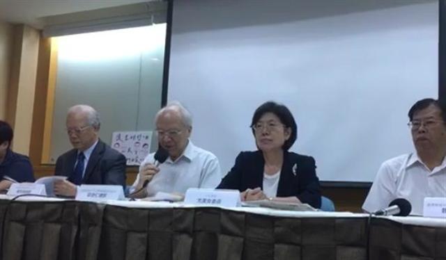 中國大陸大規模抓捕維權律師「709事件」兩週年,台灣聲援中國人權律師網路副召集人魏千峯(右起)、民進黨籍立委尤美女等人7月9日在台北播放紀錄片「退無可退」,並呼籲中國大陸給予被關押被告或嫌疑人合乎國際標準的正當法律程序。(台灣聲援中國人權律師網路影片截圖)