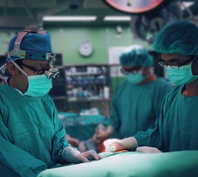 新竹馬偕心臟外科劉庭銘醫師(左)為患者進行手術處置