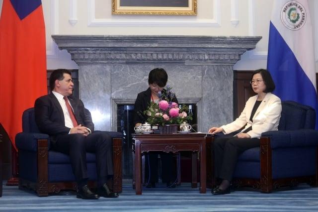 總統蔡英文(右)12日在總統府會晤巴拉圭總統卡提斯(左),雙方對兩國建交60周年予以肯定。(中央社)
